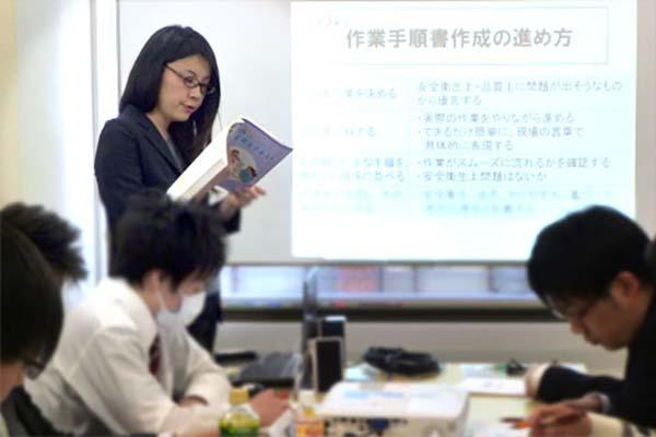 女性講師による職長教育講習会の様子